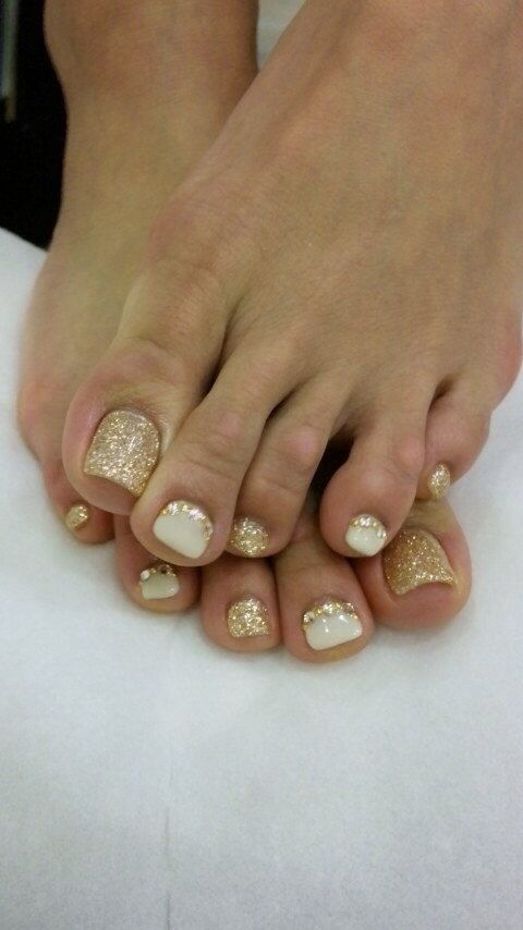 23 Fashionable Pedicure Designs to Beautify Your Toenails: #21. Glitter Golden Toenail Design