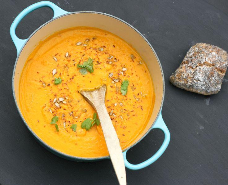 Detta är så gott! En riktigt krämig soppa, som serveras med en mix på rostade solroskärnor och kokosflingor. Kokos- och morotssoppa 4 portioner Kostnad: 8 kr/portion Vego: Ja! Soppan är vegansk. Ti…