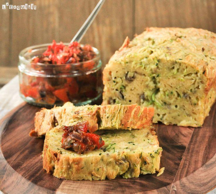 Cake de calabacin con salsa de pimientos y tomates