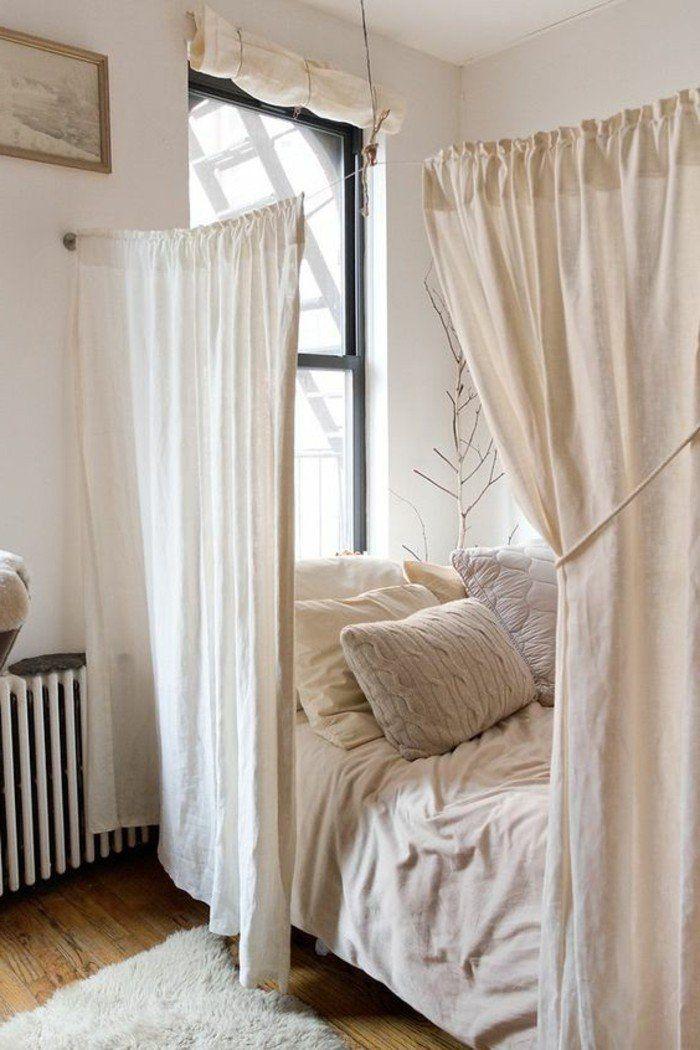 sol en parquet clair, déco studio étudiant, meubler un studio comment séparer le lit avec rideaux