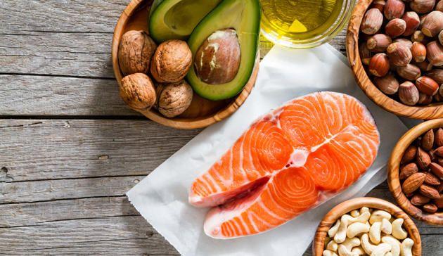 Cholesterin lässt sich steuern – mit der richtigen Ernährung. Wir zeigen Ihnen, was in Ihrem Kühlschrank nicht fehlen darf, wenn Sie Ihre Cholesterinwerte senken wollen