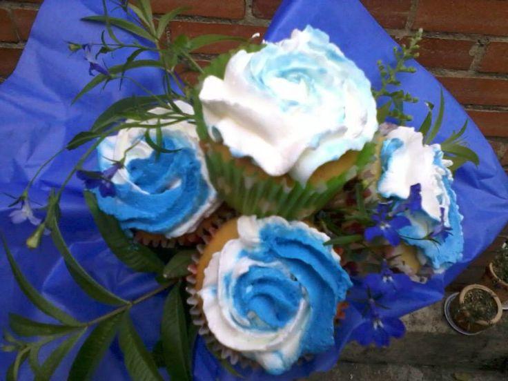 Bouquet de rosas en cupcakes color azul.