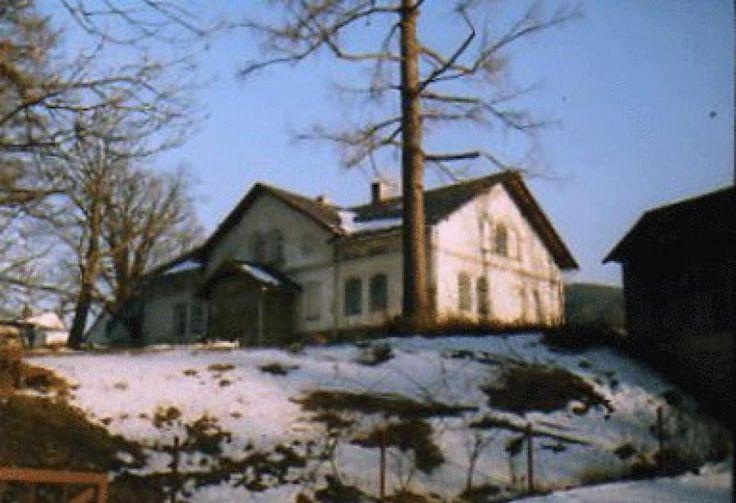 Dworek wzniesiony został w 1870 r. Jest to budynek murowany, tynkowany, o dwuspadowym dachu, mający przed wejściem drewnianą, przeszkloną werandę.