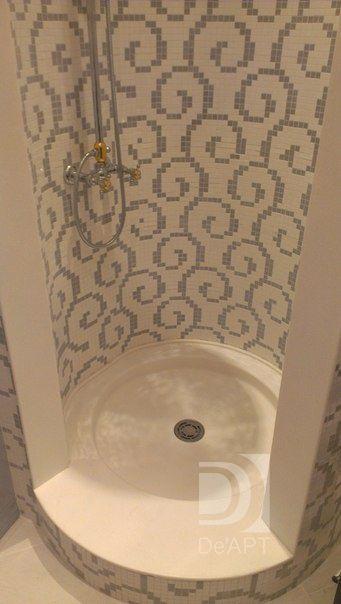 Круглый душевой поддон в сочетании с мозаикой и ванная комната, да и сам душ смотрятся стильно и лаконично. Искусственный камень как нельзя лучше подходит для решения этого дизайн проекта. Showers in the space of a small bathroom. Design shower tray made of acrylic artificial stone. Shower tray in bathroom design.