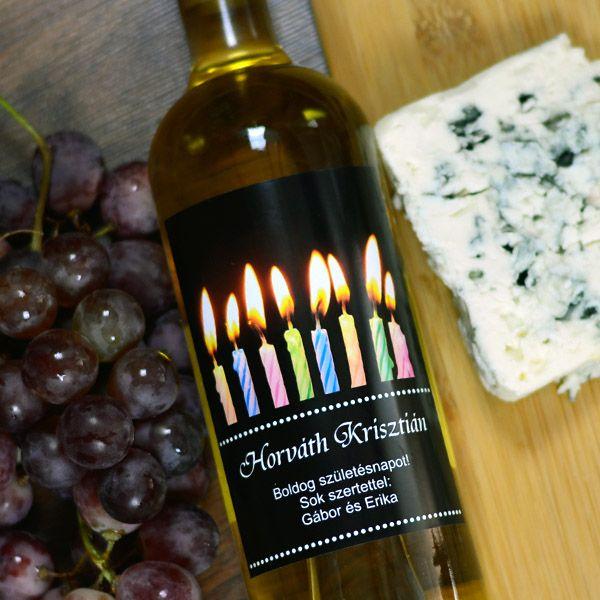 Egyedi ajándékot szeretne születésnapra, de nincs meg a megfelelő fénykép? Ne aggódjon, tudjuk a megoldást! Ezzel az egyedi születésnapi grafikával ellátott boroscímkével és egy minőségi borral garantáltan felejthetetlen pillanatokat szerez az ünnepeltnek. A fényképes borosüveg címke mérete 9x12cm.