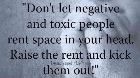 Laat vergiftegende mensen geen ruimte in je hoofd huren. Doe de uur flink omhoog en schop ze eruit!