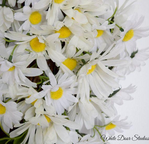 La joie d'une journée de printemps lumineux accueillera vos invités avec cette magnifique couronne Daisy sur votre porte d'entrée. Une couronne chaleureuse et accueillante, que vous allez adorer. Couronne de mesure 23-24 pouces de diamètre et 5 pouces de profondeur. Convient pour l'affichage à la fois intérieure et extérieure. Fabriqués à la main à l'aide d'une couronne de vigne en bois de 18 pouces et des tonnes de soie marguerites blanches. Couronne de fini a un aspect très complet, il…