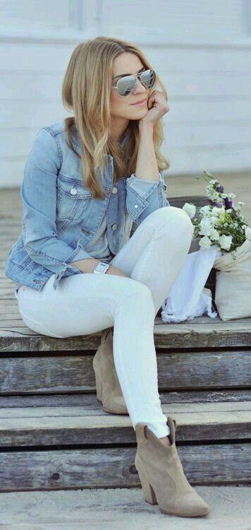 Pantalón blanco y chamarra de mezclilla