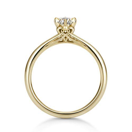 """『キングダム ハーツ』のハートでダイヤモンドを支える婚約指輪。愛する人への愛をハートにこめて…。 石座にはさり気なく""""三つ丸ミッキー""""も…! シンプルながらも遊び心溢れるデザインは、大人の女性にぴったりです。 ※リング単体での購入は出来ません。ダイヤモンドとの同時購入をお願いします。 ■以下のページからお好きなダイヤモンドを一緒にご購入ください。 ダイヤモンド一覧はこちら ■本体の仕様 ◇素材:K18イエローゴールド ◇アームの幅:約1.5mm~1.6mm ◇アームの厚み:約1.55mm ◇指から石までの高さ:約5.9mm"""