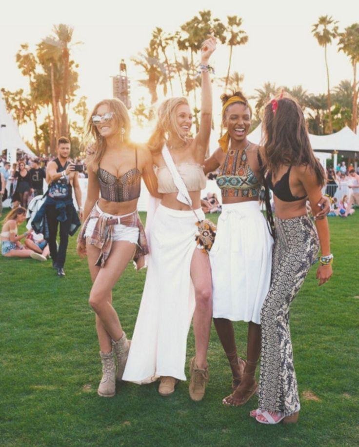 Samen met haar mede Victoria's Secret modellen Josephine Skriver, Jasmine Tookes en Taylor Hill