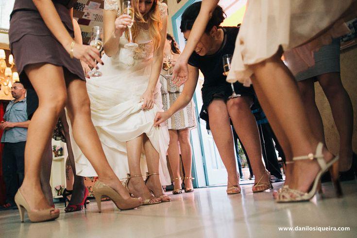 "Exclusive ""ONE OF A KIND"" wedding dress from A MODISTA atelier / Photo: Danilo Siqueira  #letsvamos  / Wedding Venue: Ruella Bistro - Sao Paulo - Brasil  | A MODISTA bridal atelier  {A vintage inspired wedding boutique with a modern touch <3}   http://www.vestidadenoiva.com/tag/buque-de-lavanda/"