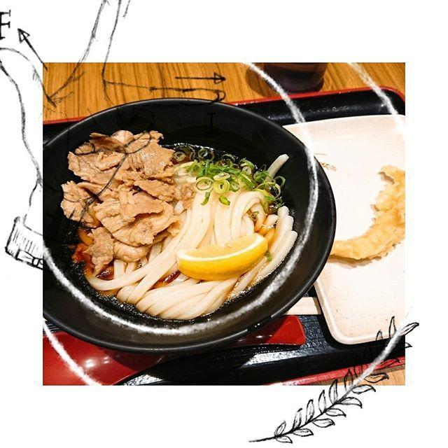 Sep 23 親父の製麺所 上野店 肉ぶっかけうどん 海老天 ちゅるちゅるシコシコ! 駅ナカで食べるのもいいものですね…♡ #上野駅 #上野 #うどん #駅ナカ #カウンター #肉 #ぶっかけうどん #海老 #立ち食い