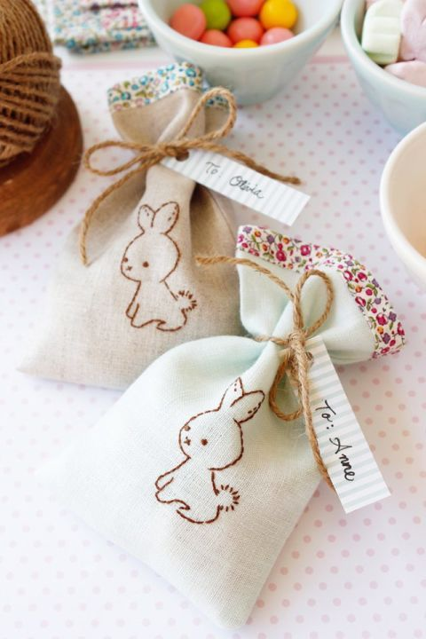 WEE BROWN BUNNY TREAT BAGS – Break out the embroidery hoop for these cute gift bags. Fill with dainty jewelry, jelly beans or a sweet note — that part is up to you. Click through to view the whole gallery and for more easter gifts.