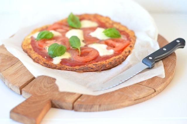 Een lekker en gezond pizzarecept is deze bloemkoolpizza met een bodem gemaakt van bloemkool.
