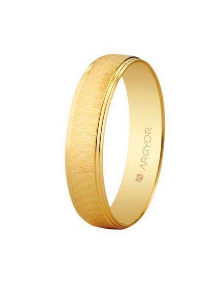 ALIANZA DE BODA EN ORO TEXTURA-BRILLO 4,5 MM (95145466) Alianza de boda en oro de 9 kilates con terminación mate rugosa texturizada y cantos biselados dobles en acabado brillo.  Este diseño está disponible en diversas variables, como en oro de 9 quilates y 18quilates, con diamante o en oro blanco. Los anillos de boda juegan un papel importante en tu gran día, y este anillo es una elección increíble.