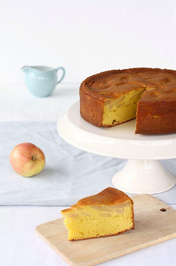 Appeltaart+Light;zonder+boter. Voor een taart van 24 cm:  5 eieren 250 g suiker 250 g zelfrijzende bloem 1 koffielepel vanille-extract 100 g appelmousseline (appelmoes zonder brokjes) 5 kleine appelen of 4 grote (type cox, goudrenet, boskoop)  Doe de eieren met de suiker in een kom en klop met een elektrische mixer of keukenrobot tot je een mooi dik beslag hebt dat verdubbeld is in volume. Doe er de vanille bij en zeef er de bloem onder (lepel per lepel). Vouw alles goed in, maar zorg dat de…