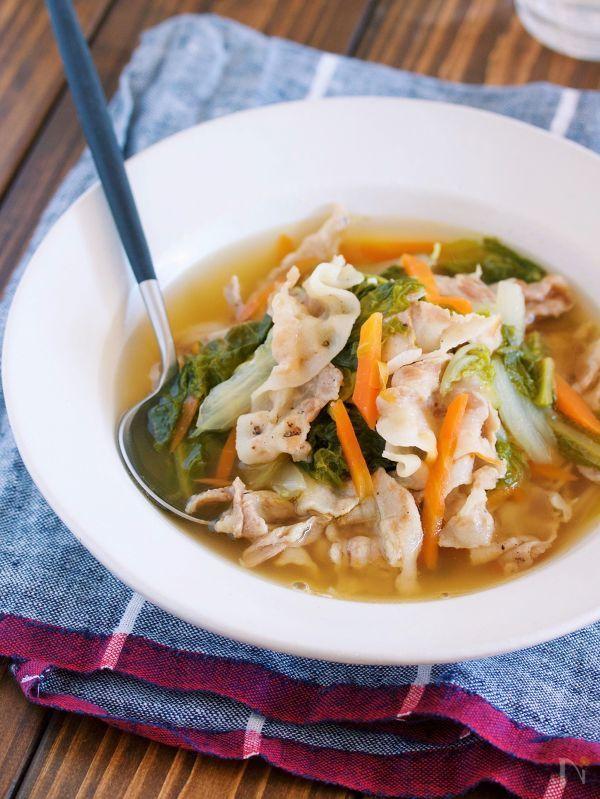 お鍋に材料を重ねたら  あとは10分煮るだけの  簡単ポカポカスープ♪    じっくりコトコト煮た白菜は  甘くてとろとろで最高に美味しい!    しかも、スープには  お肉や野菜の旨味エキスがたっぷり♡     ゴクゴク飲み干したくなること  間違いなし!    これから年末に向けて  食べ過ぎのみすぎのリセットにも  もってこいですよ( ´艸`)    ★いつも、ありがとうございます♪