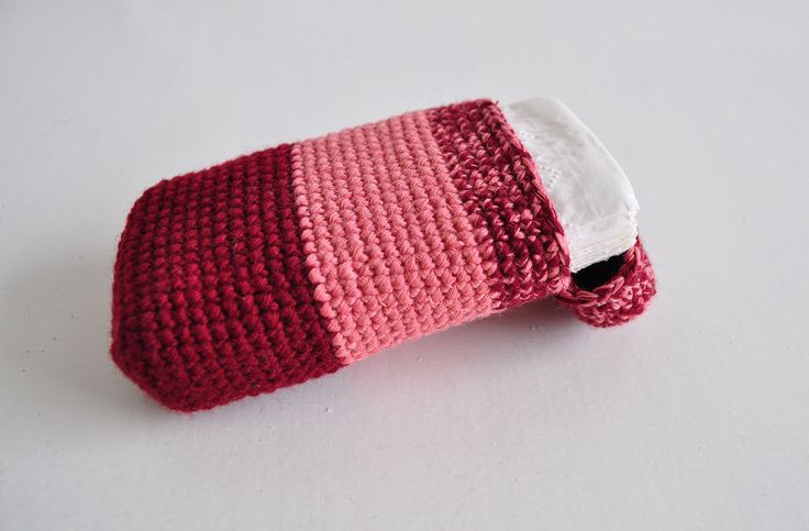 Púzdro+na+vreckovky+-+Rose+Vychytávka+pre+slečinky+do+kabelky.+Púzdro+je+vyrobené+presne+na+veľkosť+balíčku+papierových+vreckoviek.+Ak+sa+vám+púzdro+páči,+ale+chcete+inú+farbu+dajte+nám+vedieť+vnútornou+poštou.+Veľkosť:+12x6+cm