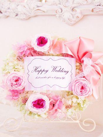 プリザーブドフラワーの花材だけでお作りした、リースギフトです。結婚式のご両親への贈り物や、誕生日、新築御祝いなどに最適のプレゼントです。