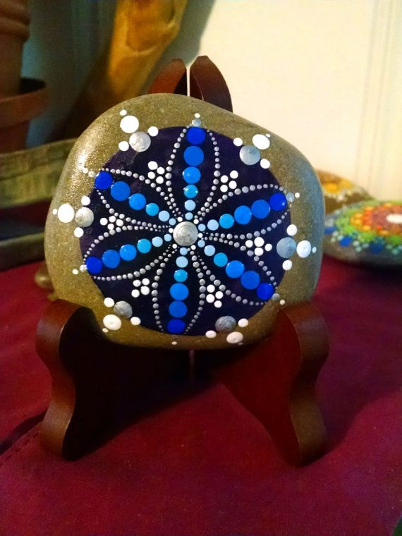 Blaue Blume gefrorenen ~ Hand bemalten Stein ~ Dot Kunst gemalt Rock ~ bunte dekoration Ornament ~ einmaliges Geschenkideen ~ Mandala Design
