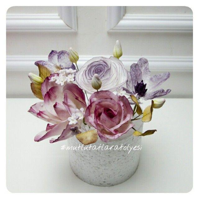 Şeker hamuru ve yenilebilir kağıttan çiçekler #sugarflower #sugarpaste #sugarcraft #sugarart #art #sugar #flower #rose #pink #purple #waferpaperflower #waferpaper #paperflower #orchid #gül #orkide #pembe #mor #çiçek #çiçekmodelleme #şekerhamuruçiçek #şekerdençiçek #mutlutatlaratolyesi