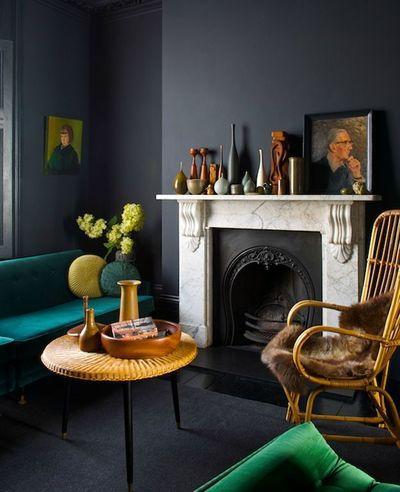 Una salon noir relevé de vert et bleu canard
