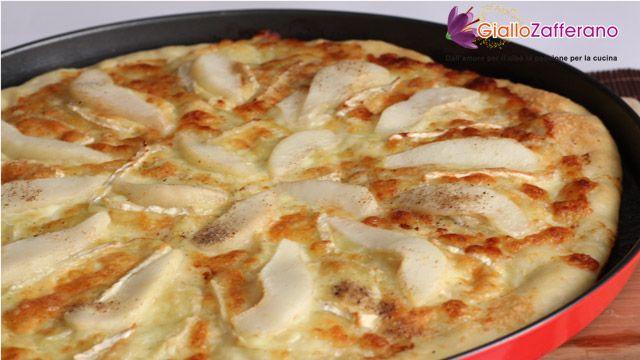 PIZZA PERE E BRIE, una gustosa base insaporita da un classico abbinamento da intenditori. Una golosa versione della pizza, adatta anche ai #vegetariani. Qui la #ricetta: http://ricette.giallozafferano.it/Pizza-pere-e-brie.html #GialloZafferano