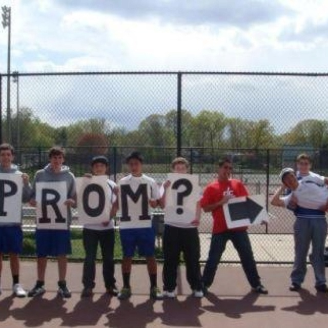 I wanna be asked to prom like this.. except on a baseball field of course! :)
