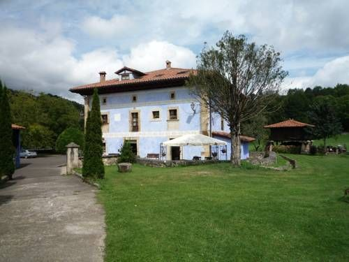Hotel Rural Sucuevas Mestas de Con The Hotel Rural Sucuevas is just 15 minutes' drive from the Picos de Europa Mountains. It features a helipad and charming rooms with antique furniture, original artworks and free Wi-Fi.