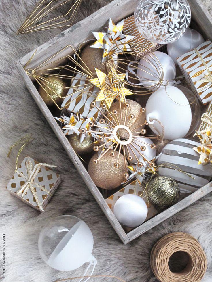 """Det bästa med julen tycker jag är den barnsliga förväntan som även """"drabbar"""" oss vuxna. Varje år tar vi ner jullådan den andra advent, och utan att överdriva så tindrar hela familjen vid uppackningen!"""
