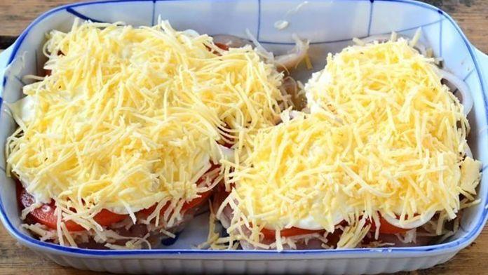 Neviete čo navariť na obed? Tieto kuracie prsia som posypala 100 g strúhaného syra a pridala 1 paradajku! Vznikne luxusné jedlo pre celú rodinu! - Báječná vareška