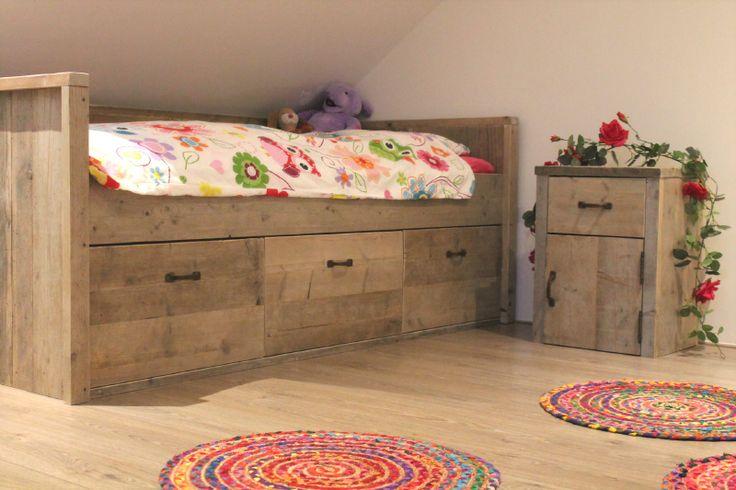 Bedbank voor stoere meisjeskamer of jongenskamer met dichte stofvrije lades! Bedbench girlsroom boysroom