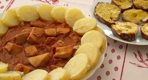 Rouille de seiche à la sétoise  Budget : Bon marché   -   Difficulté : Facile Ingrédients  Ingrédients (pour 4 personnes) : 1 Kg de seiche (ou d'encornets) coupé en grosses lamelles 1 oignon 1 grosse boîte de tomates concassées Quelques tomates fraiches (optionnel) 8 pommes de terre 1/2 de litre de vin blanc sec 2 branches de Thym, 2 feuilles de Laurier 8 gousses d'ail Piment d'Espelette (ou Cayenne) 1 pincée de Safran ou un peu d'épices pour paella Sel, poivre Huile d'olive 1 œuf Moutarde
