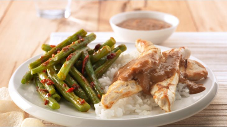 Kip met sperziebonen, rijst en satésaus recept