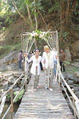 Menikah dengan suasana alam merupakan salah satu impian dari Asri dan Andhika. Yuk simak ceritanya sekarang!