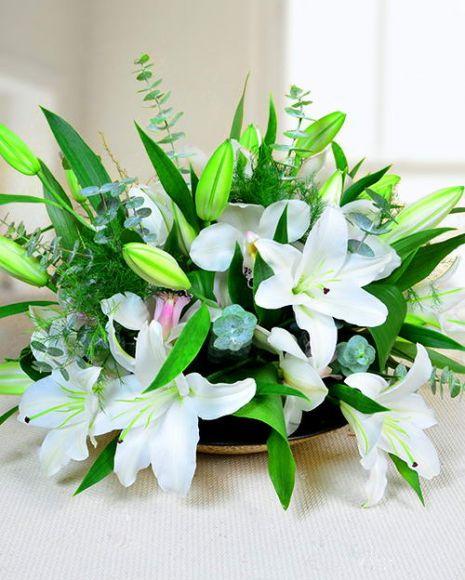 Aranjament floral pentru masa cu crini albi.  White lily centerpiece