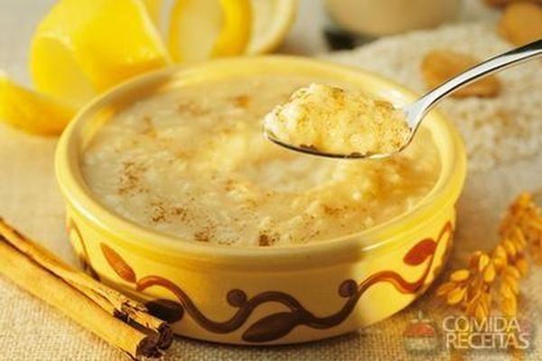 Receita de Arroz doce tradicional, em Doces e Sobremesas, ingredientes: 1 xícara (chá) de arroz lavado e escorrido,2 xícaras (de chá) de água,4 cravos,2 paus de canela pequenos,4 xícaras (de chá) de leite,1 xícara (de chá) de açúcar,Canela em pó...