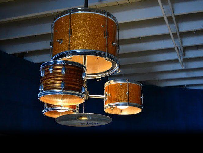 O artesãoMatt Ludwig criou essa luminária fantástica que fica localizada no restaurante americanoJJ's Red Hots. Grande inspiração para designers.