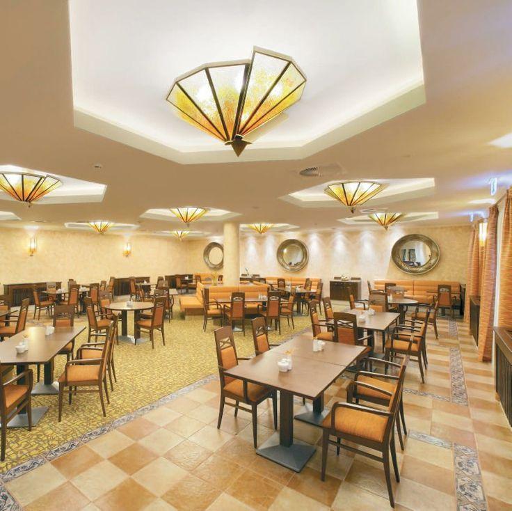 Решение освещения в новом кафе http://www.lustra-market.ru/blog/reshenie-osveshheniya-v-novom-kafe/  Интересное архитектурное решение этого кафе делает его похожим на космический корабль или круизный лайнер. Дизайнеры, в свою очередь, подобрали для кафе стильные «корабельные» люстры!