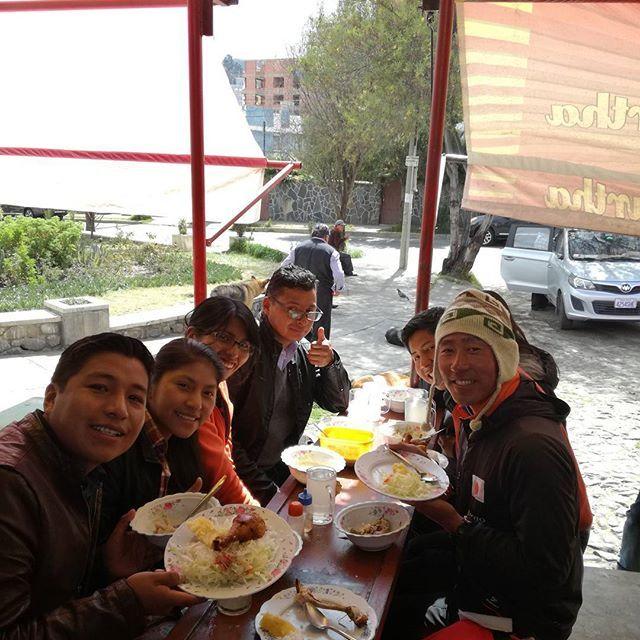 今日は狭いテーブルでボリビア人に囲まれての昼飯! 美味しいスープと肉と米と野菜付きで160円。ペルーでは自炊ばかりしてたけどボリビアはご飯安すぎて自炊がアホらしくなる!  #sponsor#finetrack#streamtrail#SOTO#コンズサイクル#昭和ブリッジ販売#アウトドア#ファイントラック#冒険#世界#自然#景色#登山 #adventure#trip#ランチ#昼飯#格安#鶏肉#肉#細い#テーブル#ボリビア#レストラン#自炊#腹 #一杯#満腹