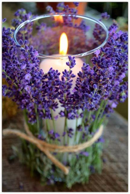 Esta idea también me encanta para una boda al aire libre: rodear una vela sencilla con ramas de lavanda. ¡Luz y aroma!