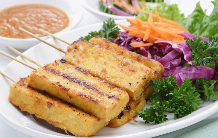 Ce plat moderne inspiré du satay thaï, des brochettes de viande marinée, se déguste seul comme hors-d'œuvre ou avec du riz brun et une salade de concombre en plat principal. Pour éviter que le tofu colle au barbecue, il faut le faire cuire brièvement à feu moyen sur une grille bien graissée. Pensez aussi à déplacer les satay sur une partie propre du barbecue chaque fois que vous les retournez. Ils ont besoin d'espace pour cuir.