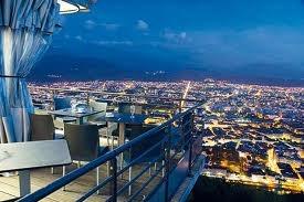 Restaurant du Téléphérique!  Manger sur la terrasse tout en admirant la ville! Magnifique. Accueille également des événements