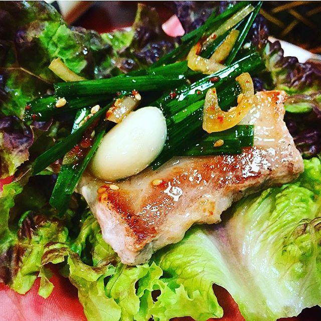 日曜日に韓国料理が食べたくて 全州(チョンジュ)へ。 今日も人がいっぱいで繁盛してる!さすが三宮イチの韓国料理店!おすすめはなんといってもサムギョプサル!量が多くてサンチュと大葉、ニラ、ニンニクをまいて、特製味噌ダレにつけてガブリ!うまい!チヂミも美味しい!二宮に住んでいた時は一回も行ったことなかったので、なんか損した気分になったけど、今の家からも近いからまた来よう! サムギョプサル1500円 ☆5中3.7 #sannomiya #三宮 #三宮飯 #kobe #神戸 #神戸飯 #夜飯 #韓国料理 #韓国 #飯スタグラム #夜飯スタグラム #豚バラ #全州 #酒飲んで2人で5000円 #量が多くて安い #お太り万円 #コスパ #やっぱ肉 #肉 #庶民 #思い出グラム #サムギョプサル
