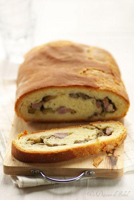 La 'mbriulata : pain sicilien à la saucisse et aux olives. Il suffit presque à lui seul