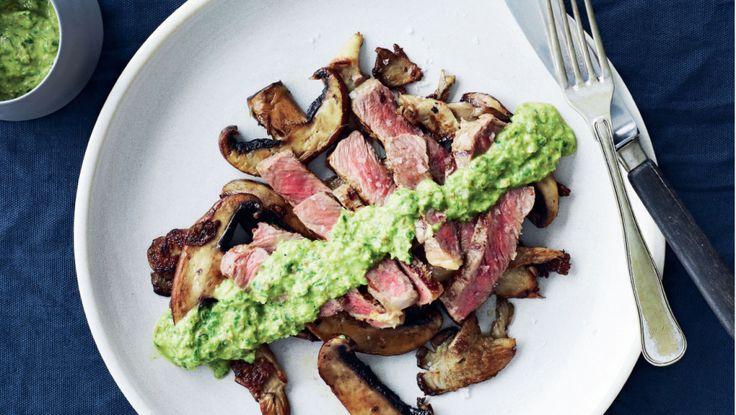 Ugens fredagsopskrift er grillet bøf og svampe med krydderurtesalsa. Få opskriften her