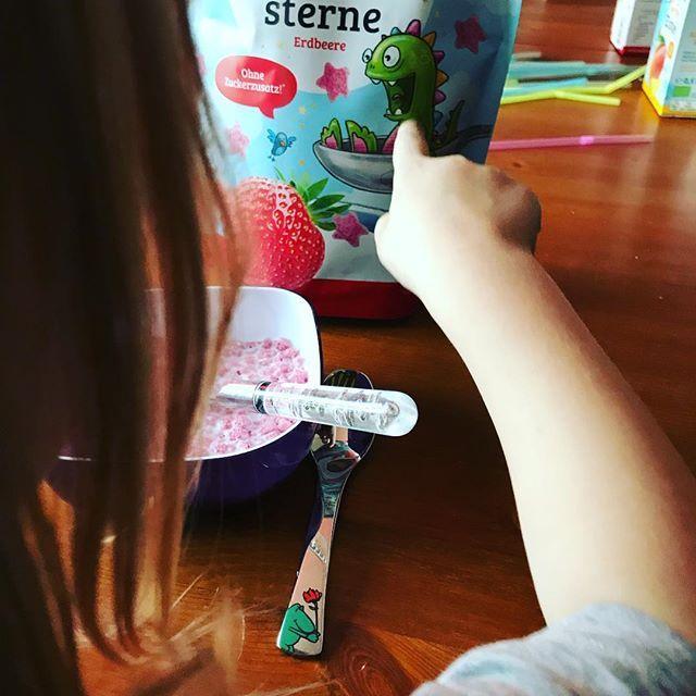 """Guten Morgen! Erstmal monstermäßig erdbeerig frühstücken! """"Da Mama, ein Monsta!"""" 🙂 und ja, es ist zwingend notwendig, 2 verschiedene Löffel zu haben 😂  @teefee_feenreich  #derwutz #prsample #lecker #frühstück #teefee"""