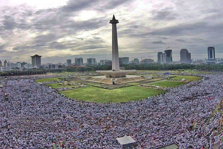 Ribuan umat Islam mengikuti aksi super damai 212 di Lapangan Monas, Jumat (2/12).