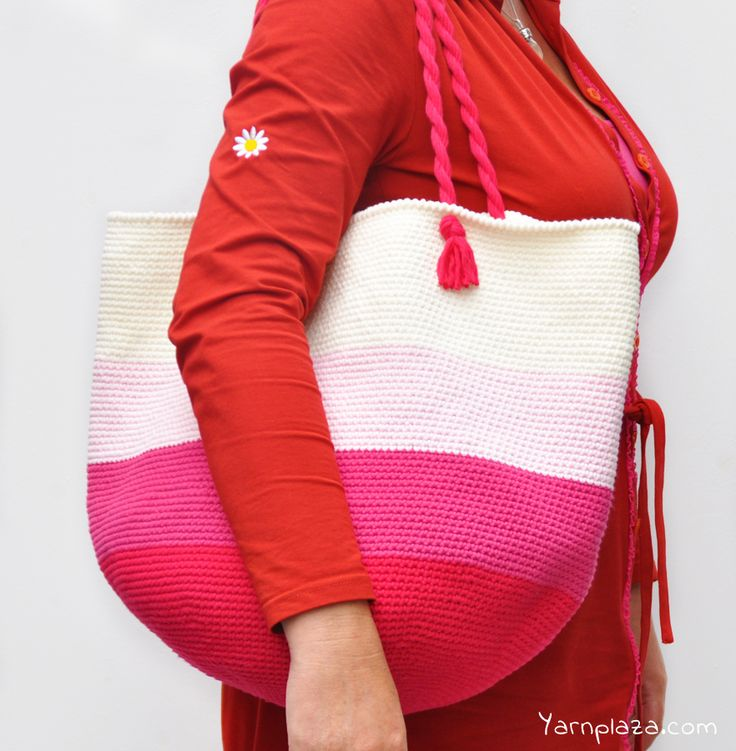 This tote bag is the perfect accessory for sunny beach days, picknicks in the park or your daily shopping trips. Now available as a free crochet pattern!