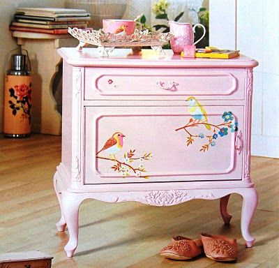 painted side table with birds. Beautiful                                                                                                                                                      Mais